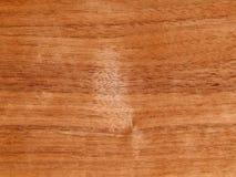 Textuur van een houten oppervlakte van een Amerikaanse okkernootboom Houten vernisje voor furnitur royalty-vrije stock afbeeldingen
