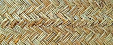Textuur van een mand die van graskoord wordt geweven stock afbeeldingen