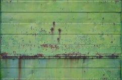 Textuur van een oude groene metaalmuur met significante schade van blootstelling aan ongunstige weersomstandigheden en dampnes royalty-vrije stock afbeeldingen