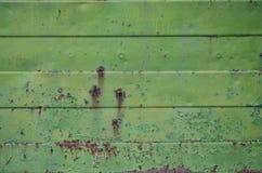 Textuur van een oude groene metaalmuur met significante schade van blootstelling aan ongunstige weersomstandigheden en dampnes stock fotografie