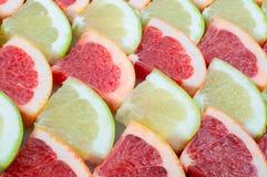 Textuur van een rijpe plak van rode en gele grapefruit, close-up royalty-vrije stock foto