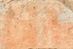 Textuur van een rode antieke muur, vernietiging van een pleisterlaag van een oude concrete oppervlakte, abstracte achtergrond Stock Fotografie