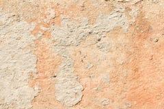 Textuur van een rode antieke muur, vernietiging van een pleisterlaag van een oude concrete oppervlakte, abstracte achtergrond Stock Afbeelding
