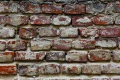 Textuur van een zeer oude schil rode die bakstenen muur met pleisterclose-up wordt behandeld tijd brekende achtergrond stock fotografie