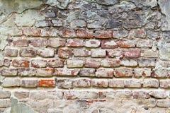 Textuur van een zeer oude schil rode die bakstenen muur met pleisterclose-up wordt behandeld tijd brekende achtergrond stock foto