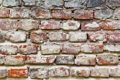 Textuur van een zeer oude schil rode die bakstenen muur met pleisterclose-up wordt behandeld tijd brekende achtergrond royalty-vrije stock foto