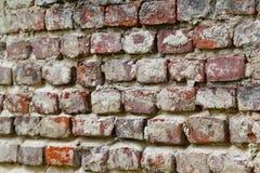 Textuur van een zeer oude schil rode die bakstenen muur met pleisterclose-up wordt behandeld tijd brekende achtergrond royalty-vrije stock afbeeldingen