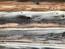 Textuur van een zwarte grijze oude houten die muur van logboeken, een omheining wordt gemaakt van horizontale uitgeputte gebrande stock foto