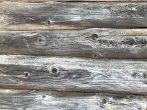 Textuur van een zwarte grijze oude houten die muur van logboeken, een omheining wordt gemaakt van horizontale uitgeputte gebrande stock foto's