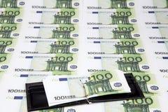 Textuur van euro en geopende portefeuille honderd Stock Afbeelding