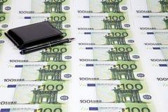 Textuur van euro honderd en portefeuille met pen Stock Fotografie