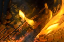 Textuur van gebrand hout met een brandende brand binnen de open haard Mooie achtergrond stock afbeelding