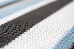 Textuur van gebreide stof Vastgelopen draden Doek van warme de winterkleren Warme deken De textuur van blauw grijs en zwart Th royalty-vrije stock foto's