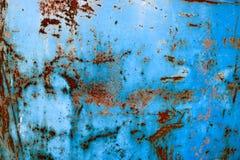 Textuur van gele roestige oude sjofele ruwe roestige unieke roest, geoxydeerd metaal, ijzer op blauwe schilverf royalty-vrije stock afbeelding