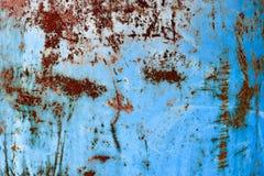 Textuur van gele roestige oude sjofele ruwe roestige unieke roest, geoxydeerd metaal, ijzer op blauwe schilverf royalty-vrije stock fotografie