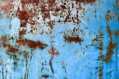 Textuur van gele roestige oude sjofele ruwe roestige unieke roest, geoxydeerd metaal, ijzer op blauwe schilverf royalty-vrije stock foto's