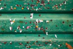 Textuur van groene ol houten planken met kleine bladen van documenten en oude metaal roestige spelden Stock Afbeeldingen