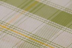 Textuur van het doorweven van draden van witte, gele en groene kleuren screensaver, achtergrond geribbeld aan de aanraking stock foto's