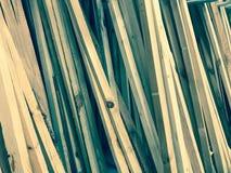 Textuur van houten bruine diagonaal overgehelde natuurlijke de bouw raadsstokken met knopen De achtergrond stock foto's