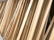 Textuur van houten bruine diagonaal overgehelde natuurlijke de bouw raadsstokken met knopen De achtergrond stock foto