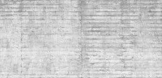 Textuur van houten die bekisting op een ruwe concrete muur wordt gestempeld stock foto