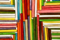 Textuur van houten gekleurde stokken Richting naar het centrum stock foto
