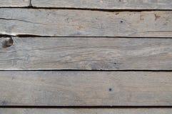 Textuur van houten unpainted oude raad met naden, barsten en spijkerkappen De achtergrond royalty-vrije stock afbeeldingen