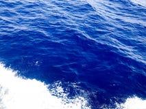 Textuur van kokend blauw zeewater met golven, bellen, schuim, plonsen, plonsen, dalingen De achtergrond Royalty-vrije Stock Afbeeldingen