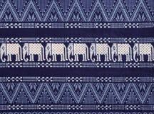 Textuur van Olifantenpatroon op Doekstof in Donkere Marineblauw en Wit Royalty-vrije Stock Foto