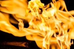 Textuur van oranje vlam tegen een donkere achtergrond Royalty-vrije Stock Foto