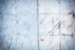 Textuur van oud, gekrast plakkenclose-up Muur met tegels van marmer met krassen en strepen stock afbeelding