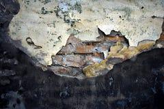 Textuur van oud verbrijzeld cement over bakstenen muur stock foto