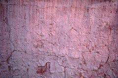 Textuur van oude roze schilverf op de muur in de barsten stock afbeeldingen