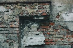 Textuur van oude schil grijze die muur met pleisterclose-up wordt behandeld tijd brekende achtergrond royalty-vrije stock afbeelding