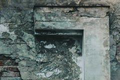 Textuur van oude schil grijze die muur met pleisterclose-up wordt behandeld tijd brekende achtergrond royalty-vrije stock foto