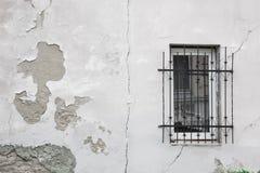 Textuur van oude schil grijze die muur met pleisterclose-up wordt behandeld Venster in de witte muur tijd brekende achtergrond stock afbeelding