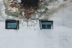 Textuur van oude schil grijze die muur met pleisterclose-up wordt behandeld Venster in de witte muur tijd brekende achtergrond stock foto's