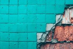 Textuur van oude tegelmuur Achtergrond van Muurfragment met gebroken tegel en bakstenen royalty-vrije stock fotografie