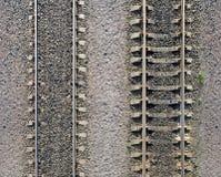 Textuur van spoorwegsporen op grint stock foto