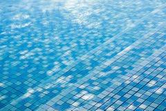 Textuur van waterspiegel, oppervlakte van blauw zwembad stock foto