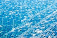 Textuur van waterspiegel, oppervlakte van blauw zwembad, achtergrond van water in pool royalty-vrije stock foto