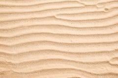 Textuur van zandgolf op het strand als natuurlijke tropische achtergrond Stock Afbeelding