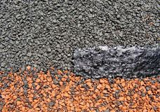 Textuur-zacht dak tegel-bitumen doordrongen die materiaal met multicolored steenspaanders met een laag wordt bedekt Stock Afbeelding