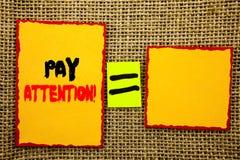 Textvertretung Lohn-Aufmerksamkeit Die Geschäftsfotopräsentation gibt aufpassen die aufmerksame Warnung acht, die auf klebrige Br lizenzfreie stockfotografie