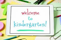 Textwillkommen zum Kindergarten in einer Tablette Stockfotos