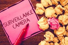 Textzeichen, das Überwachungskamera zeigt Begriffsfoto Videoüberwachung überträgt Signal auf Monitoren lizenzfreie stockfotografie