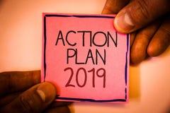 Textzeichen, das Aktionsplan 2019 zeigt Begriffsfoto Herausforderungs-Ideen-Ziele, damit neues Jahr-Motivation Manngriff beginnt, Stockfotografie