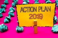 Textzeichen, das Aktionsplan 2019 zeigt Begriffsfoto Herausforderungs-Ideen-Ziele, damit neues Jahr-Motivation Wäscheklammergriff Lizenzfreie Stockfotografie