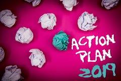 Textzeichen, das Aktionsplan 2019 zeigt Begriffsfoto Herausforderungs-Ideen-Ziele, damit neues Jahr-Motivation Ideen weißes blaue Stockfoto