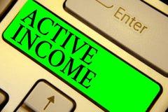 Textzeichen, das aktives Einkommen zeigt Begriffsfoto Abgaben bezahlt Pensions-Kapitalanlagen-Tipp-Tastaturgrün-Schlüssel Absicht vektor abbildung